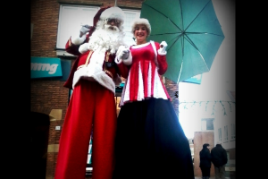 feestdagen_kerstman_op_stelten